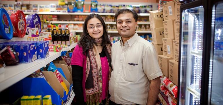 Индийски подправки: аромати, вкусове и материи в магазина и историята на семейство Шах