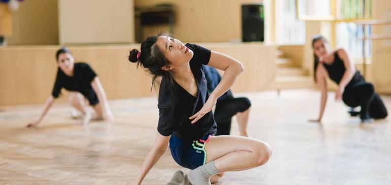 Клас по съвременен танц в училище с Джунг Ин ЛИ 이정인 Южна Корея