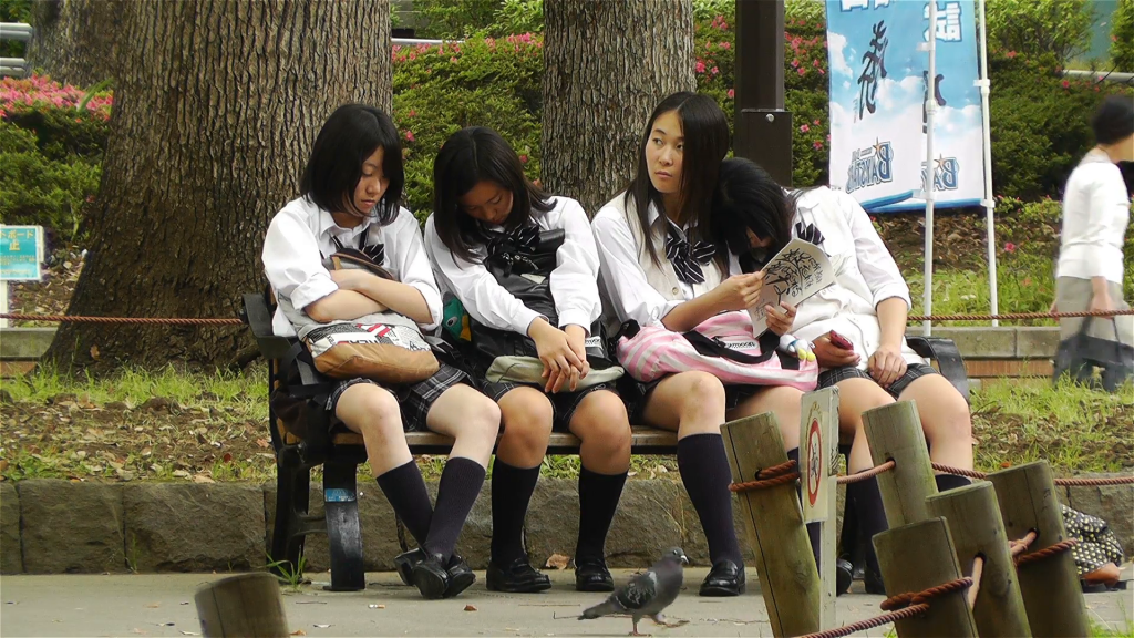 japanese-schoolgirls-relaxing-in-park-in-yokohama-japanyokohama-is-the-second-largest-most-populated-city-in-japan_eoyojudnl__F0000
