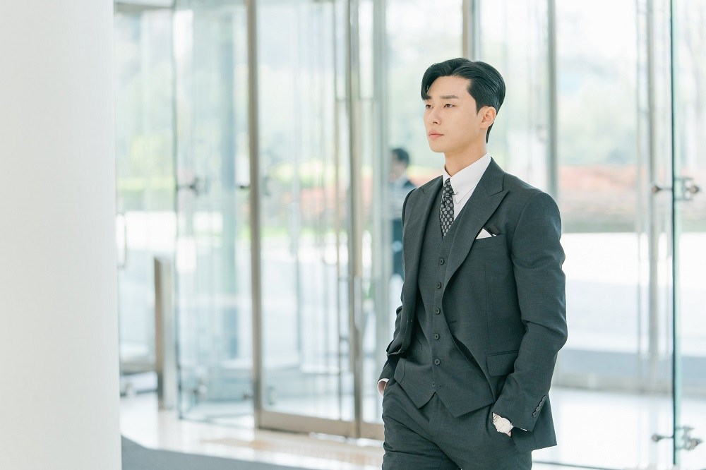 Park-Seo-Joon-plays-Ivan-Lee-the-perfect-boss-of-Mariel-Kim